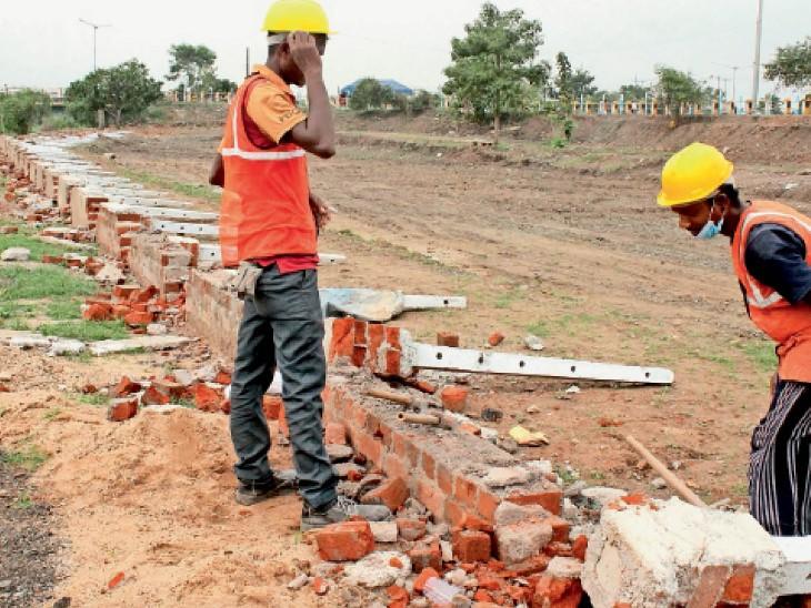 जुस्को ने खुद तोड़ी अतिक्रमण कर बनाई बाउंड्री|जमशेदपुर (पूर्वी सिंहभूम),Jamshedpur (East Singhbhum) - Dainik Bhaskar