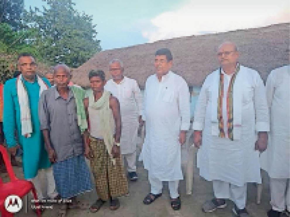 दुर्घटना में मृत के परिजनों से की मुलाकात पुरैनी,Puraini - Dainik Bhaskar