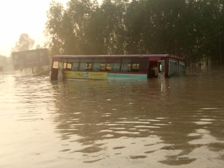 कोसी का जलस्तर बढ़ने से हाईवे पर 4 फीट तक पानी, वाहन फंसे, 100 से ज्यादा गांव बाढ़ की चपेट में रामपुर,Rampur - Dainik Bhaskar