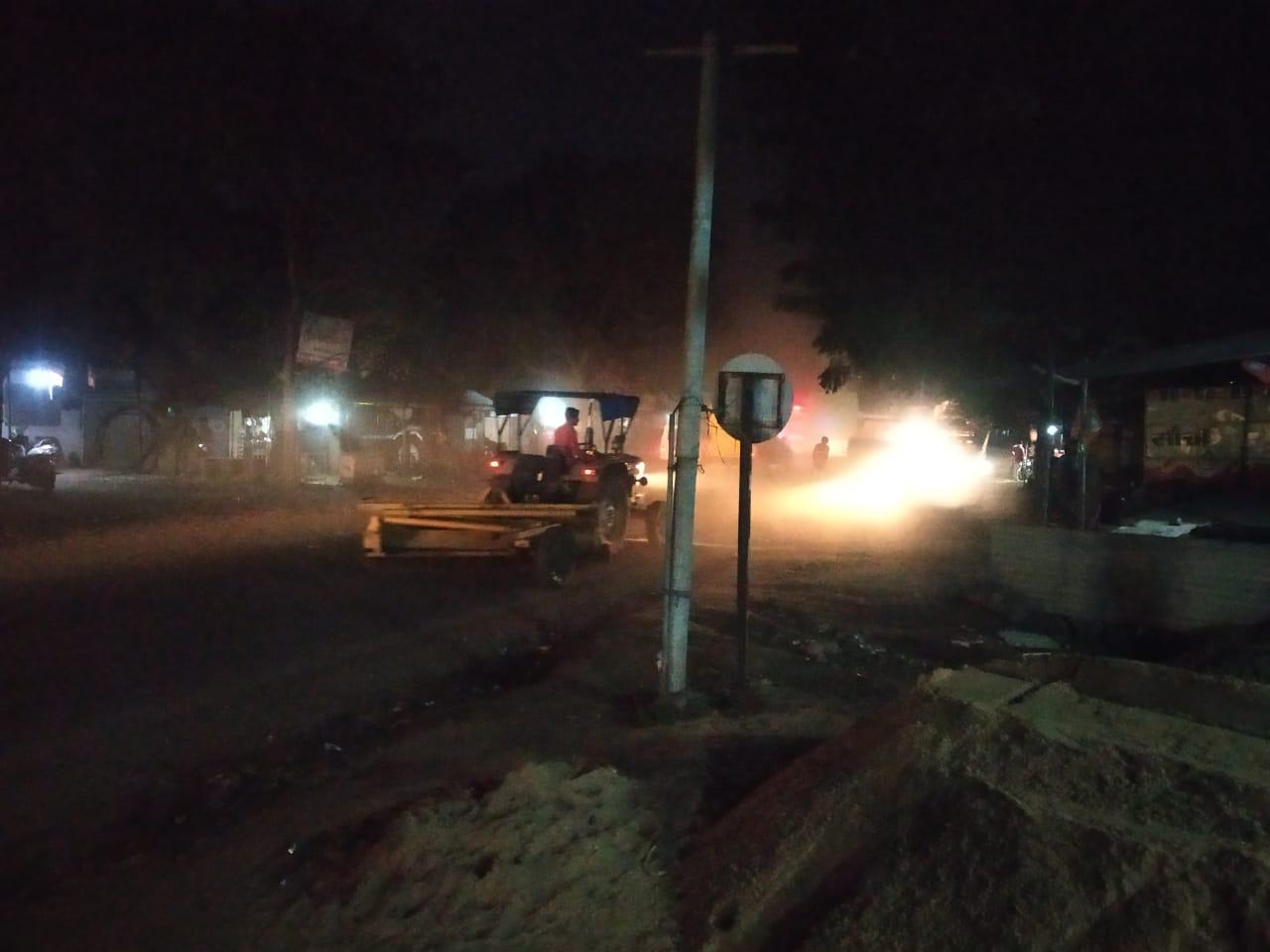 छैगांवमाखन में कल शिवराज की चुनावी सभा, इसलिए रातों-रात मंच लगने के साथ रोड का डामरीकरण|खंडवा,Khandwa - Dainik Bhaskar