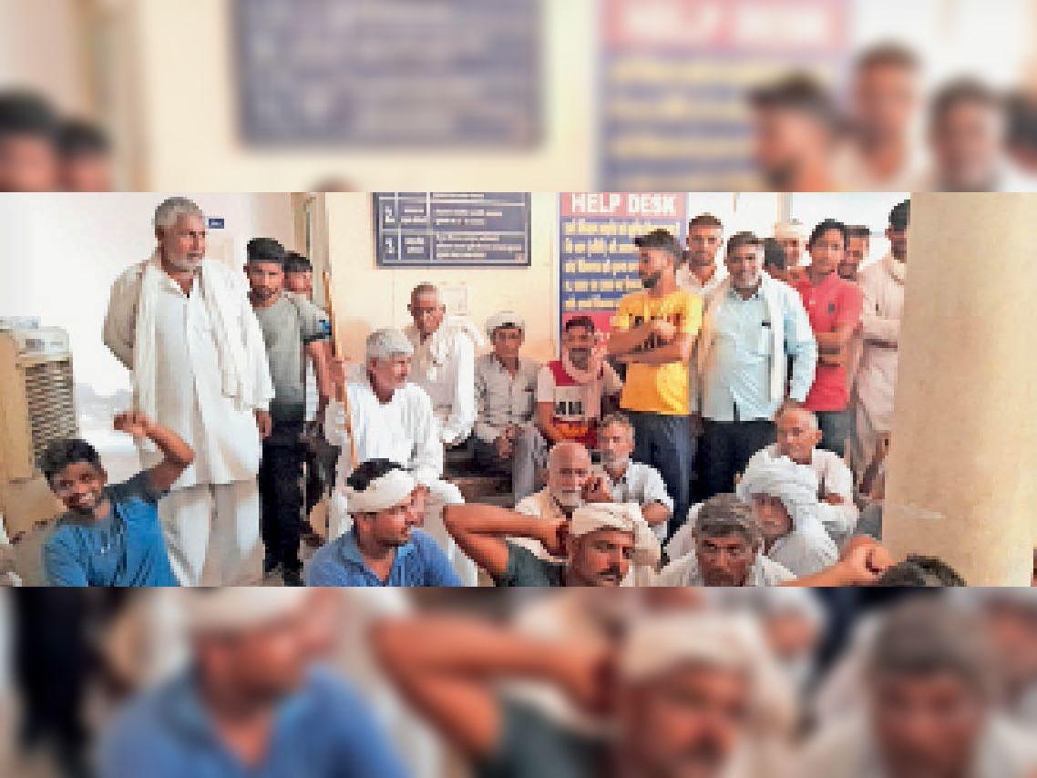 धान की खरीद न होने से खफा किसानों ने मार्केट कमेटी कार्यालय का किया घेराव, बोले-एजेंसी नमी अधिक बता व सफाई का बहाना बना नहीं कर रहे खरीद|कलायत,Kalayat - Dainik Bhaskar