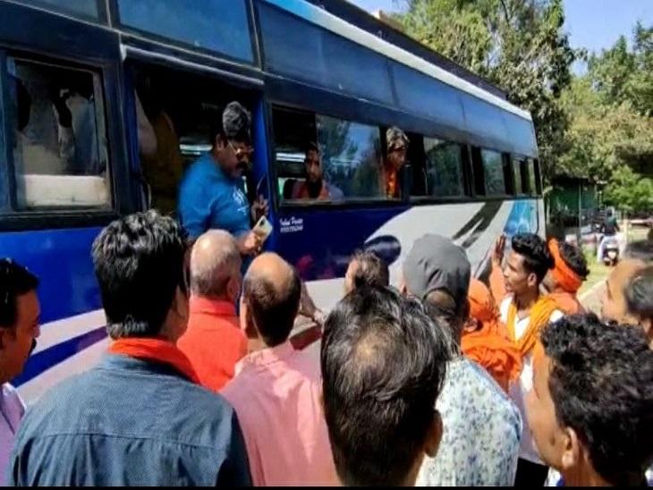 दुर्ग जेल में थे, परिजनों के साथ पहुंचे हिंदू संगठन के कार्यकर्ताओं ने की नारेबाजी भिलाई,Bhilai - Dainik Bhaskar