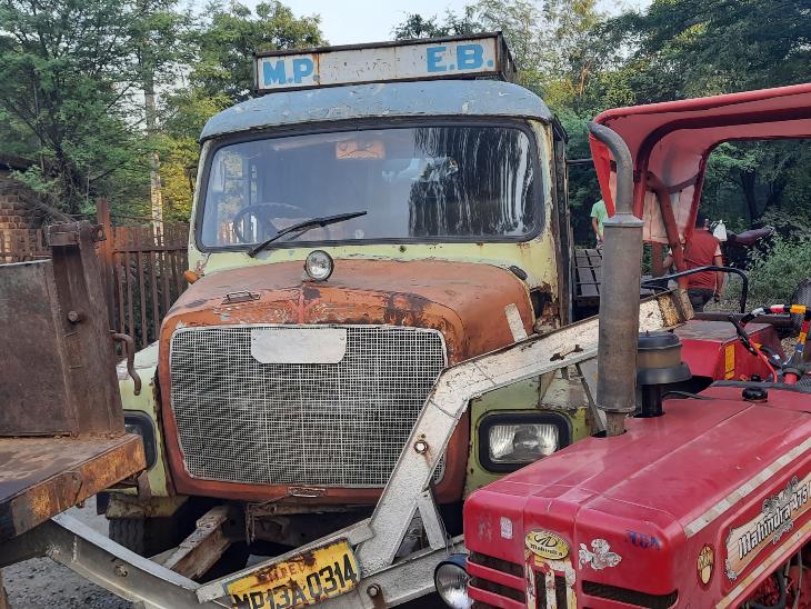 रतलाम के चंबल कॉलोनी में बिना ड्राइवर का ट्रक ट्रैक्टर ट्रॉली की लाइन से टकराया, बाल बाल बचे किसान|रतलाम,Ratlam - Dainik Bhaskar