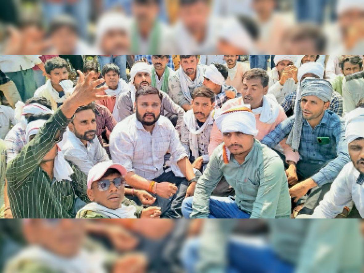 नई मिर्च मंडी में व्यापारी नहीं कर रहे खरीदी, किसानों ने 5 घंटे धरना देकर किया चक्काजाम सनावद,Sanavad - Dainik Bhaskar