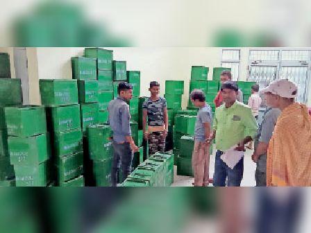 अमरपुर में बैलेट बॉक्स का रंग-रोगन कार्य संपन्न, मतदान की तैयारी पूरी|अमरपुर,Amarpur - Dainik Bhaskar