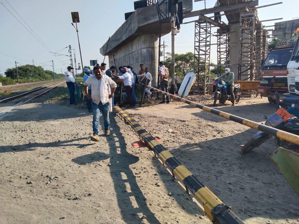 वाहन की टक्कर से फाटक में आई गड़बड़ी, NH69 पर लगा जाम, दूसरे मार्ग से निकाल रहे वाहन|होशंगाबाद,Hoshangabad - Dainik Bhaskar