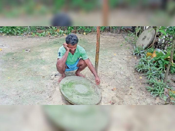 लगातार हो रही बारिश से थम गई कुम्हाराें की चाक सताने लगी है दीपावली के लिए दीया बनाने की चिंता|हसनगंज,Hasanganj - Dainik Bhaskar