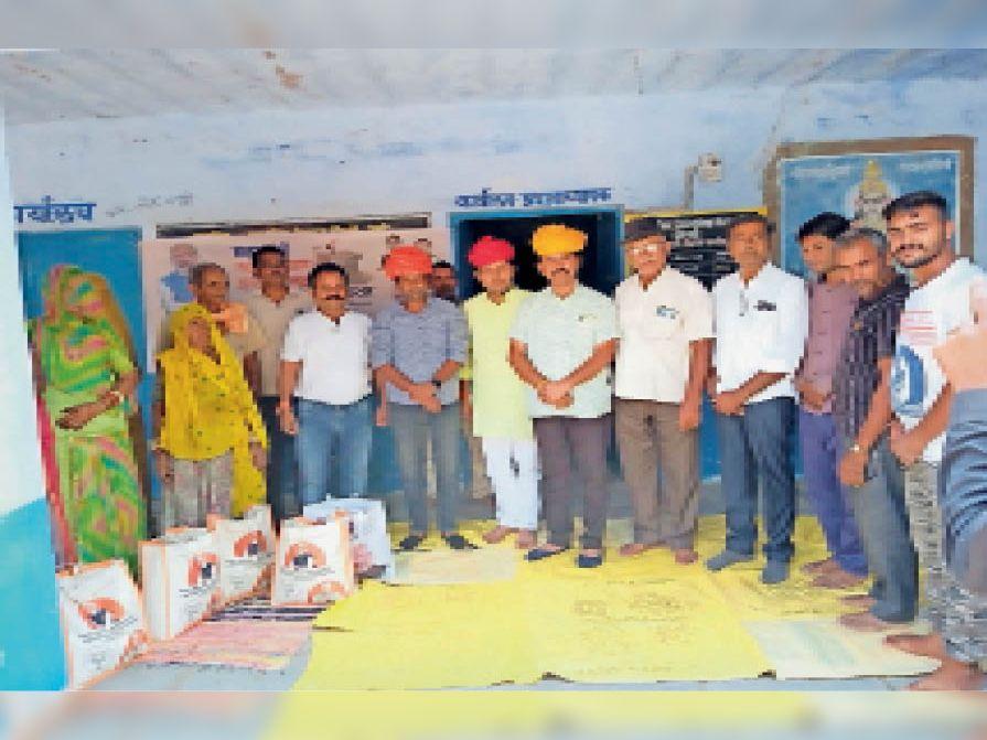 प्रधानमंत्री गरीब कल्याण योजना के तहत दोरनड़ी में गरीब परिवारों को बांटा राशन|पाली,Pali - Dainik Bhaskar
