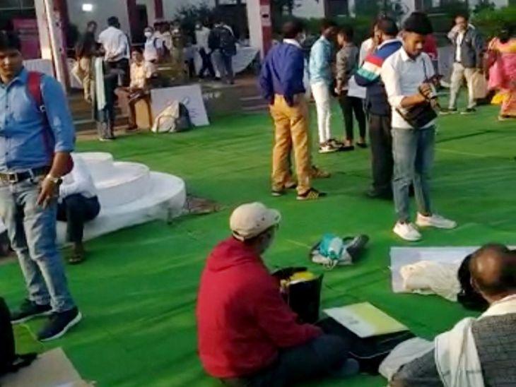 बुजुर्ग और निःशक्तजन को मतदान कराने 365 कर्मचारियों का दल मैदान में उतरा, 21 से 23 तक डाक मतपत्र से मतदान|खंडवा,Khandwa - Dainik Bhaskar
