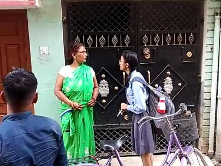 कूड़ा डालने बाहर निकली महिला तो घर घुसा चोर, अंदर पहुंचने पर की लूटपाट सीतापुर,Sitapur - Dainik Bhaskar