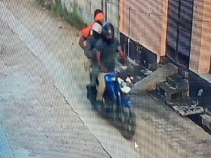 बाइक सवार बदमाशों ने आढ़ती से लूटा रुपयों से भरा बैग, सीसीटीवी कैमरे में कैद हुई घटना हाथरस,Hathras - Dainik Bhaskar