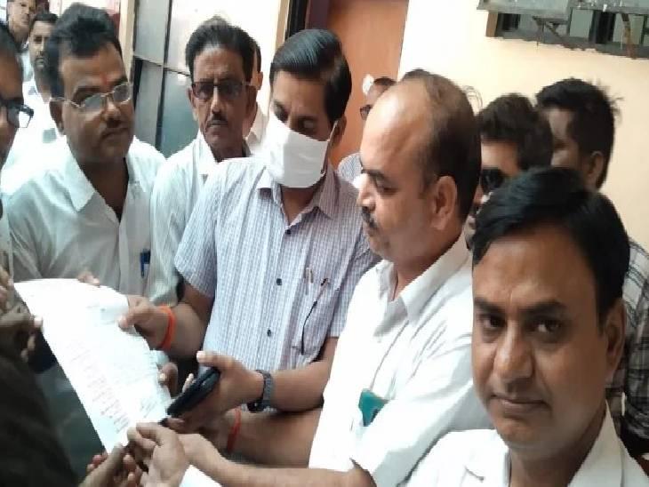 शाहजहांपुर कोर्ट में वकील की हत्या पर जताई नाराजगी, मृतक के परिवार के लिए की 50 लाख मुआवजे की मांग फर्रुखाबाद,Farrukhabad - Dainik Bhaskar