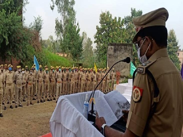स्मृति परेड का हुआ आयोजन, पुष्प अर्पित कर सुनाई गई शहीदों की वीर गाथा|महराजगंज,Maharajganj - Dainik Bhaskar