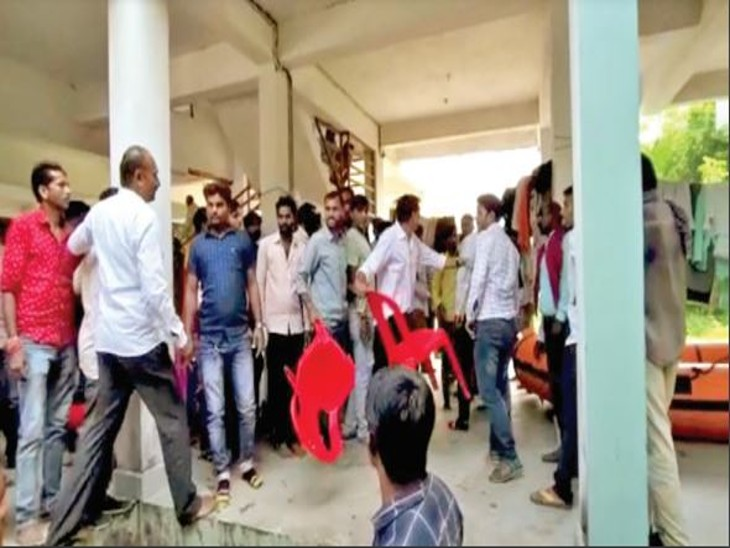 विवाद सुलझाने बांद्राभान में हुई करीब 45 मिनट की बैठक रही बेनतीजा|होशंगाबाद,Hoshangabad - Dainik Bhaskar