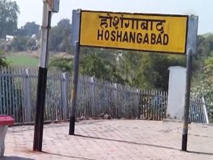 रेलवे स्टेशन पर दो साल में सिर्फ 20 टिकट ही स्वैप मशीन से बने; स्टेशन की रिजर्वेशन विंडाे पर डिजिटल भुगतान नहीं कर रहे यात्री|होशंगाबाद,Hoshangabad - Dainik Bhaskar