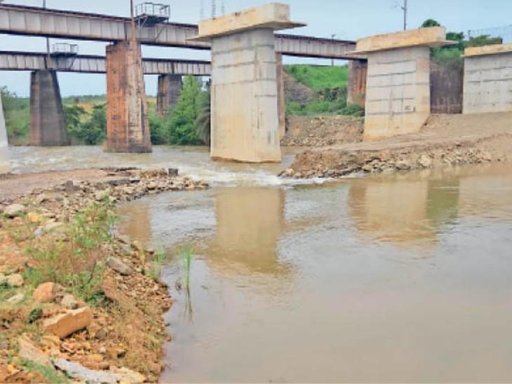 बारिश के कारण थर्ड लाइन निर्माण का प्रोजेक्ट हुआ लेट, अगस्त 2022 तक भी पूरा होने पर संशय|जमशेदपुर (पूर्वी सिंहभूम),Jamshedpur (East Singhbhum) - Dainik Bhaskar