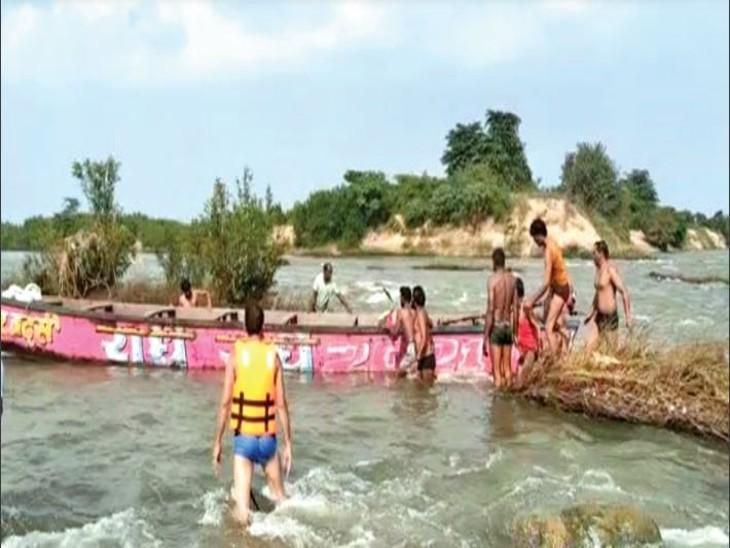नई कश्ती लेकर सोमलवाड़ा नांदेर जा रहे थे 5 लोग नर्मदा में फंसे, एसडीएम तक पहुंची मदद की सूचना|होशंगाबाद,Hoshangabad - Dainik Bhaskar