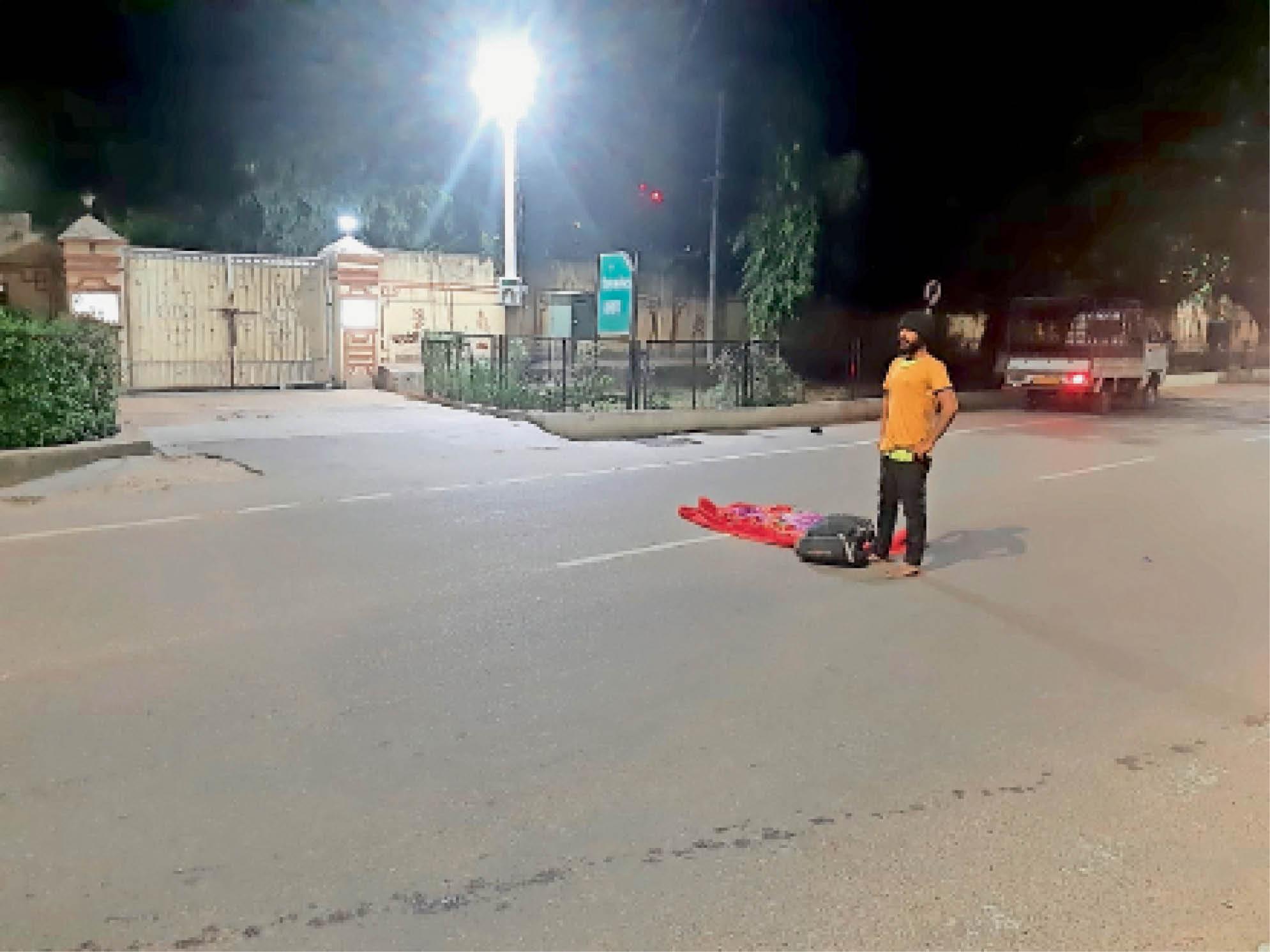 परिजनों से नाराज युवक कलेक्टर आवास के सामने सड़क पर लेटा|सीकर,Sikar - Dainik Bhaskar