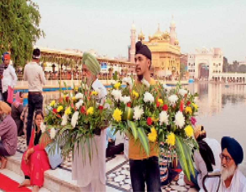 22 टन देसी-विदेशी फूलों की खुशबू से महकेगा दरबार साहिब, दो दिनों से 125 मुंबई और 80 बंगाल के कारीगर सजावट में जुटे अमृतसर,Amritsar - Dainik Bhaskar