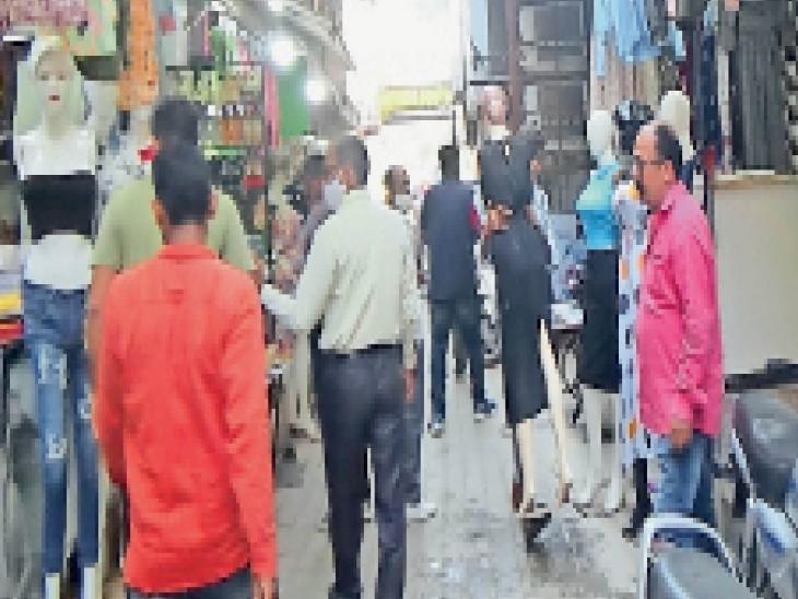 20 दुकानों के बाहर रखा सामान निगम ने किया जब्त, निगम ने बाजारों में शाम 5 से 7 बजे चलाया अतिक्रमण हटाओ अभियान|हिसार,Hisar - Dainik Bhaskar
