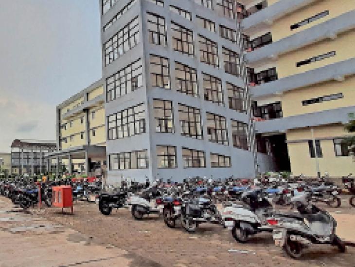 मल्टी स्पेशियलिटी अस्पताल की शुरुआत लेट होगी, ब्लड बैंक के लाइसेंस का इंतजार, सामान आना भी बाकी, अभी भवन में 300 से ज्यादा डेंगू के मरीजों का हो रहा है इलाज|रतलाम,Ratlam - Dainik Bhaskar