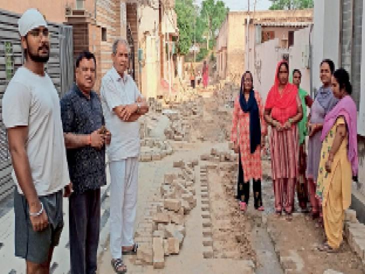 गलियां खुदी पड़ी, वशिष्ट नगर के लाेग तीन महीने से घर से कार तक नहीं निकाल पा रहे, लोग बोले- धूल-मिट्टी से घरों का बुरा हाल, नप ईओ बाेले- अभी जाॅइन किया है, जाकर जांच करेंगे|अम्बाला,Ambala - Dainik Bhaskar