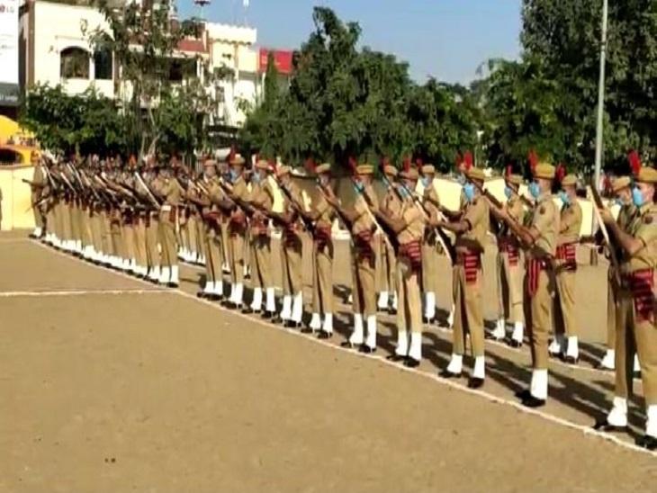 पुलिस के जवानों ने मार्च पास्ट कर हवाई फायर किया,शहीद स्मारक पर पुष्प अर्पित कर श्रद्धांजलि दी|सीकर,Sikar - Dainik Bhaskar