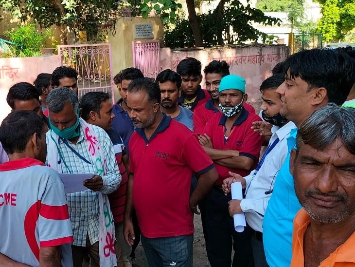 अलवर के तीनों बड़े अस्पतालों में सफाईकर्मी, वार्डबाय व सुरक्षा गार्ड हड़ताल पर उतरे, बोले एरियर का भुगतान नहीं किया गया|अलवर,Alwar - Dainik Bhaskar
