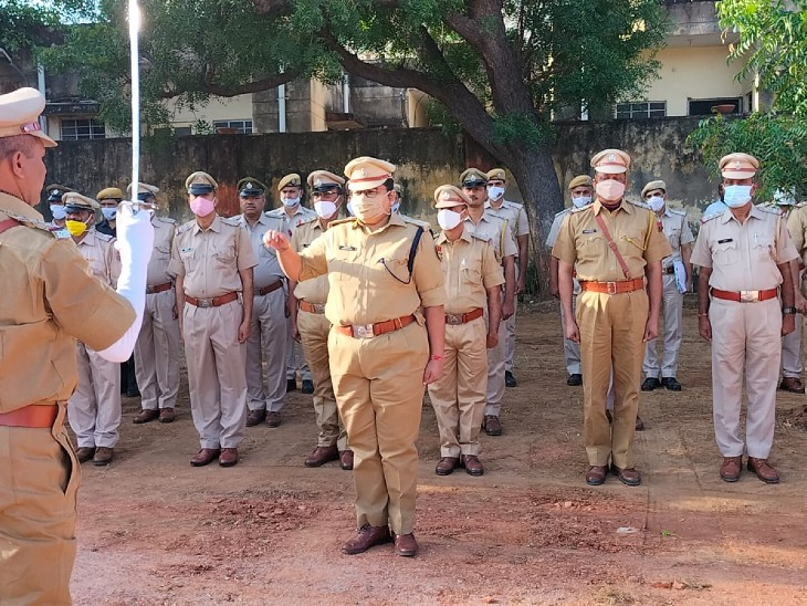पुलिस लाइन में शहीद परेड कर शोक शस्त्र अर्पित किए, एसपी ने कहा वीरांगनाओं कर रहे सम्मान|अलवर,Alwar - Dainik Bhaskar