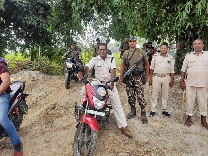 वाल्मीकि नगर थानाध्यक्ष खुद आचार संहिता तोड़ते दिखे, SP कराएंगे जांच बिहार पंचायत चुनाव,Bihar Panchayat Election - Dainik Bhaskar