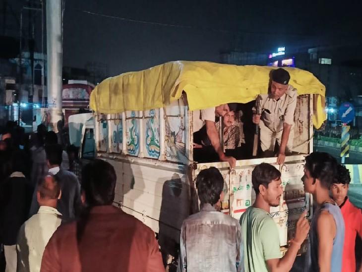 पिकअप से कार को लगी ठोकर तो लोगों ने किया हंगामा, कर्मियों से भिड़े|मुजफ्फरपुर,Muzaffarpur - Dainik Bhaskar