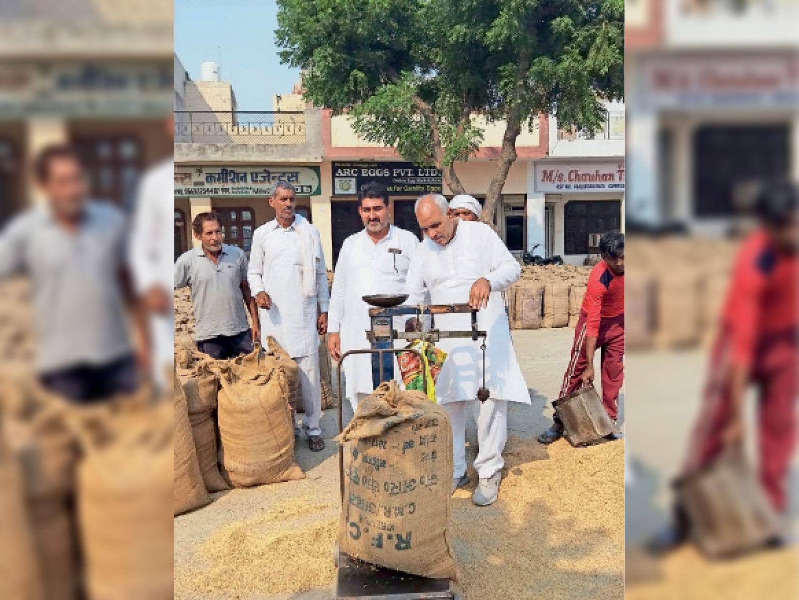 कुंजपुरा अनाजमंडी के निरीक्षण में धान की बोरियों का जांचा वजन, गड़बड़ करने वालों पर हो कार्रवाई करनाल,Karnal - Dainik Bhaskar
