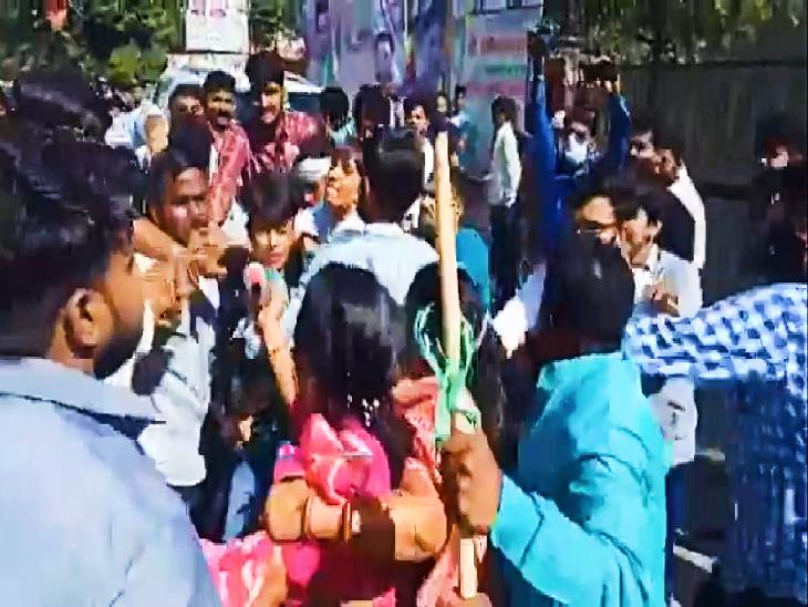 हाथापाई और झगड़े में तब्दील हुआ विरोध, मौके पर पहुंची पुलिस ने 5 को किया गिरफ्तार|जयपुर,Jaipur - Dainik Bhaskar