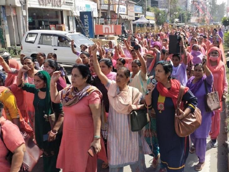 BJP विधायक असीम गोयल के घर के बाहर प्रदर्शन, MLA नहीं मिले तो बिना ज्ञापन दिए लौटीं|अम्बाला,Ambala - Dainik Bhaskar