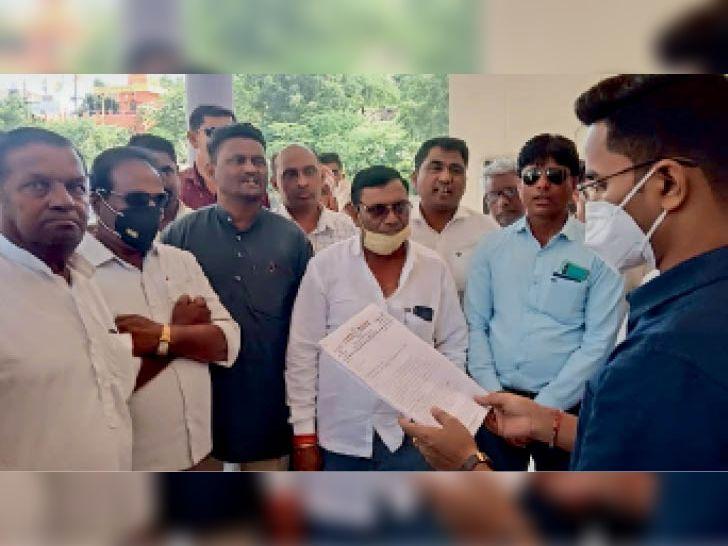 खराब फसलों का मुआवजा दे और बिल माफ करे सरकार|कसरावद,KASRAWAD - Dainik Bhaskar