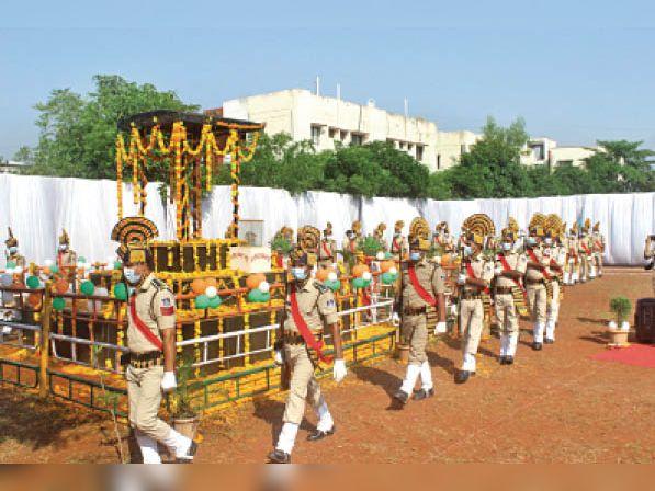 शस्त्र झुकाकर शहीदों को दी श्रद्धाजंलि, 377 वीर अफसर-जवानों को याद किया|नेपानगर,Nepanagar - Dainik Bhaskar