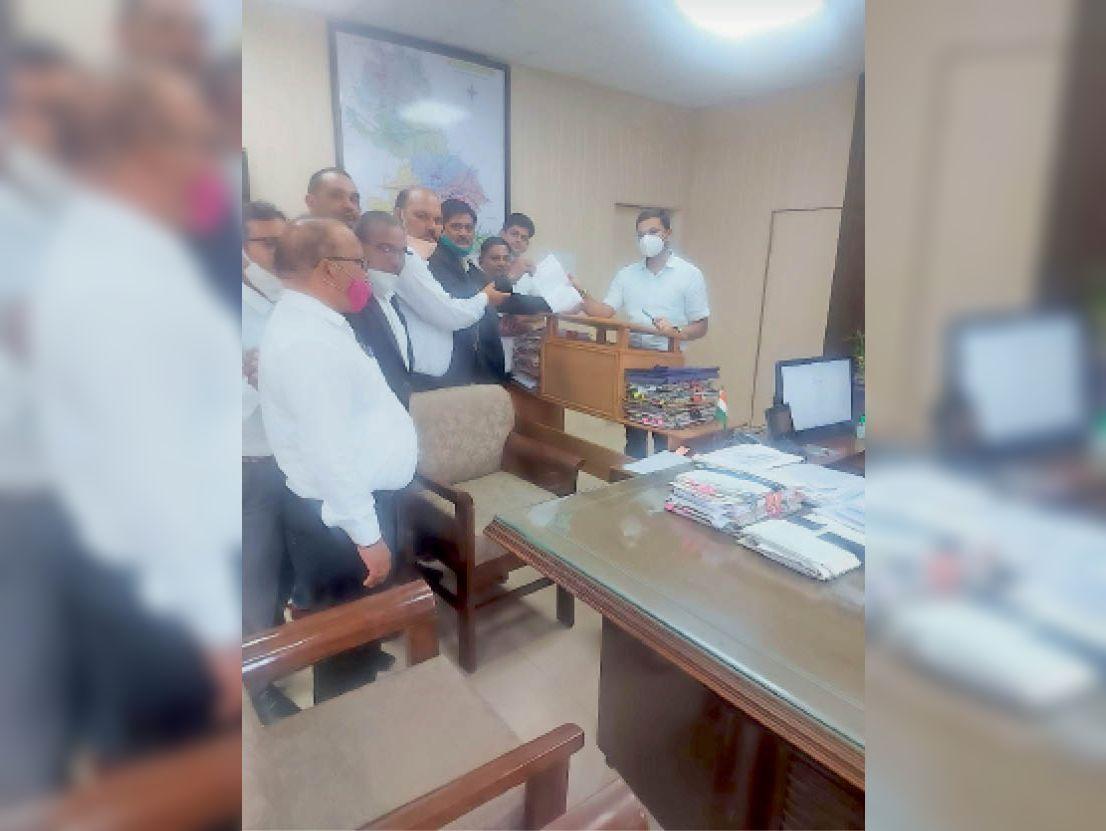 वकीलों ने प्रदर्शन कर दिया ज्ञापन|भरतपुर,Bharatpur - Dainik Bhaskar