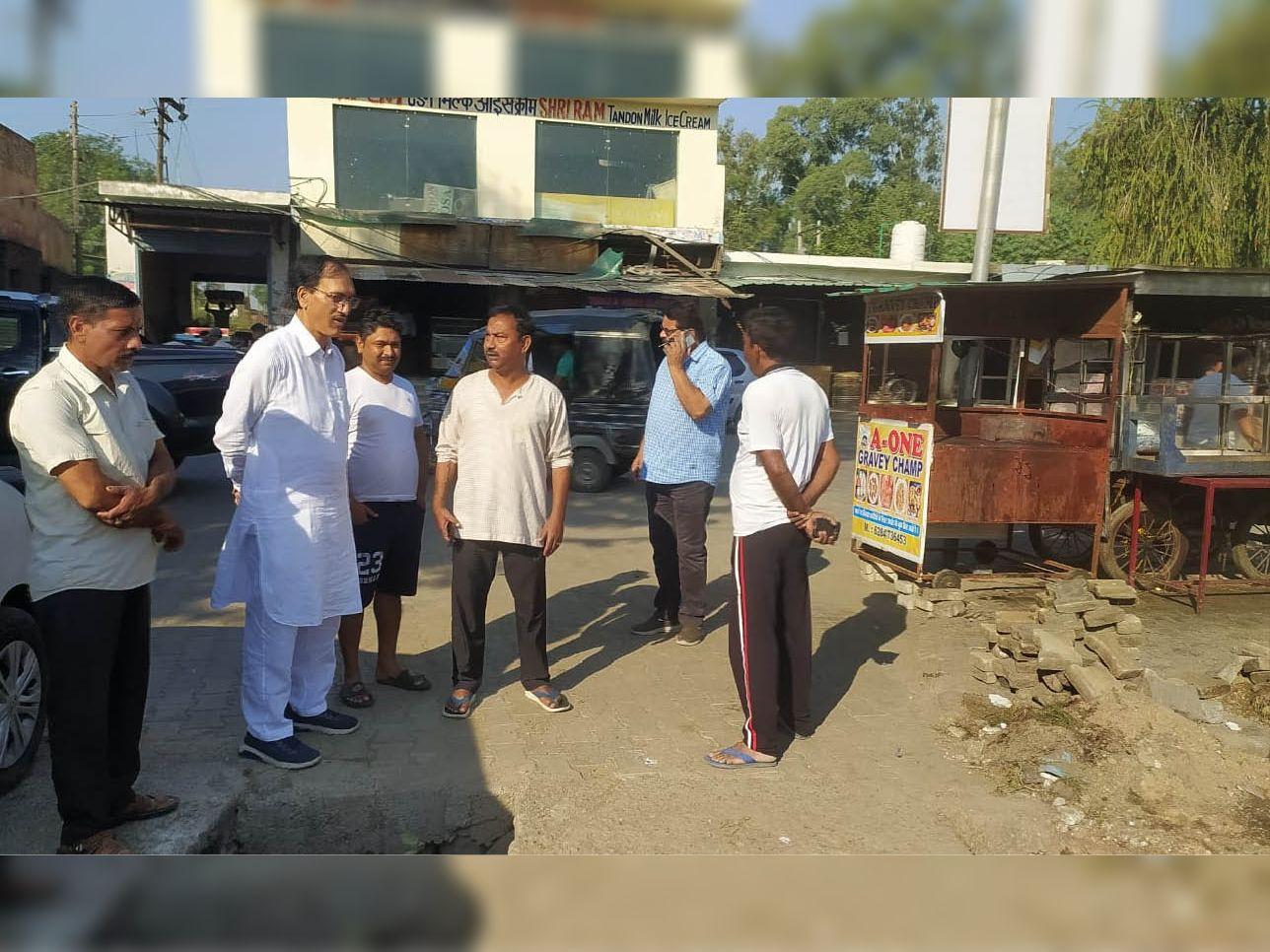 डेंगू से बचाव के लिए नगर कौंसिल ने चलाया सफाई अभियान , रेहड़ी चालकों को डस्टबिन रखना जरूरी कचरा बाहर फेंकने पर होगी कार्रवाई अमृतसर,Amritsar - Dainik Bhaskar