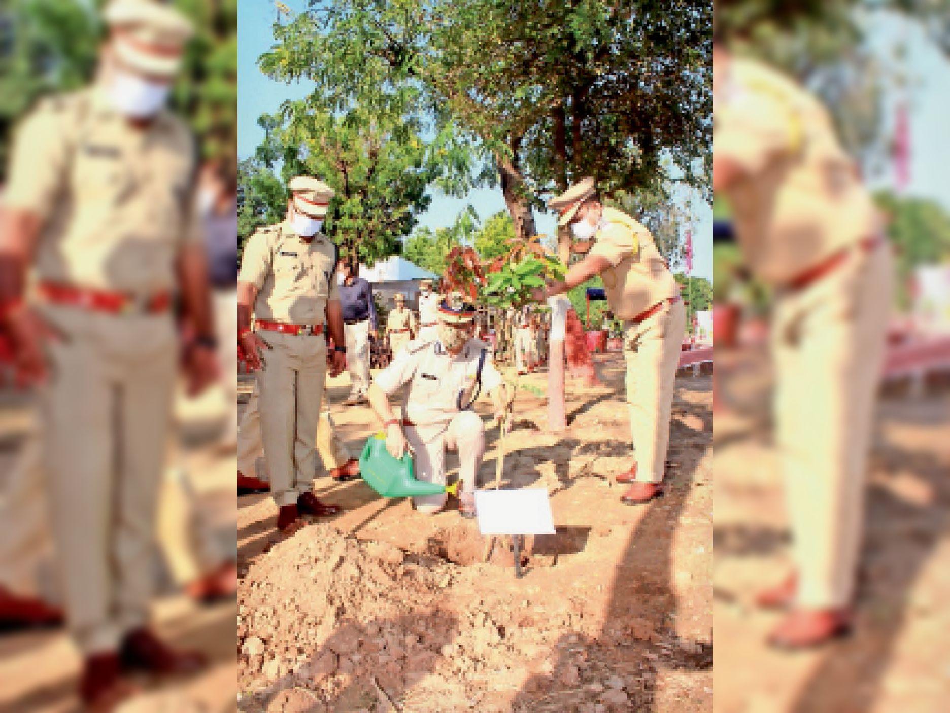 शहीद दिवस पर पुलिसकर्मियों ने किया रक्तदान, पौधे लगाए|कोटा,Kota - Dainik Bhaskar