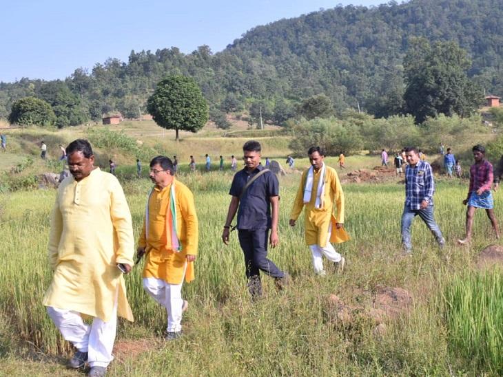 अंबिकापुर में कच्चे रास्ते से होते हुए दलधोआ घाट पहुंचे अमरजीत भगत, ग्रामीणों के बीच चौपाल भी लगाई|रायपुर,Raipur - Dainik Bhaskar