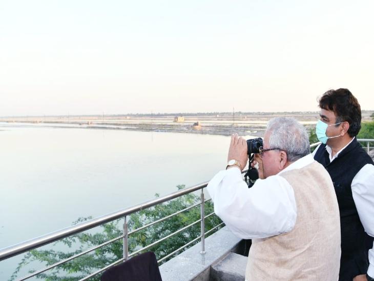 पत्नी के साथ गुढ़ा झपोक डेम पर दूरबीन से देखे राजहंस, टूरिस्ट को दिया न्योता|नागौर,Nagaur - Dainik Bhaskar