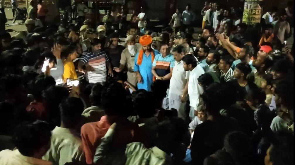 शव के साथ सड़क पर 3.30 घंटे तक प्रदर्शन, समझाइश पर भी नहीं माने तो खदेड़ा|भरतपुर,Bharatpur - Dainik Bhaskar