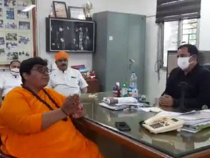 भोपाल के केंद्रीय विद्यालय-2 कैंपस में नमाज पढ़ने पर बवाल, सांसद प्रज्ञा ठाकुर ने जताया विरोध|भोपाल,Bhopal - Dainik Bhaskar