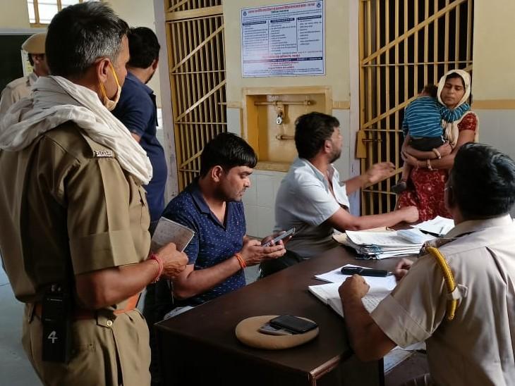 चाचा ससुर और साले ने जीजा को पीटा, पुलिसकर्मियों ने करवाया बीच बचाव, तीनों को लिया हिरासत में|भरतपुर,Bharatpur - Dainik Bhaskar
