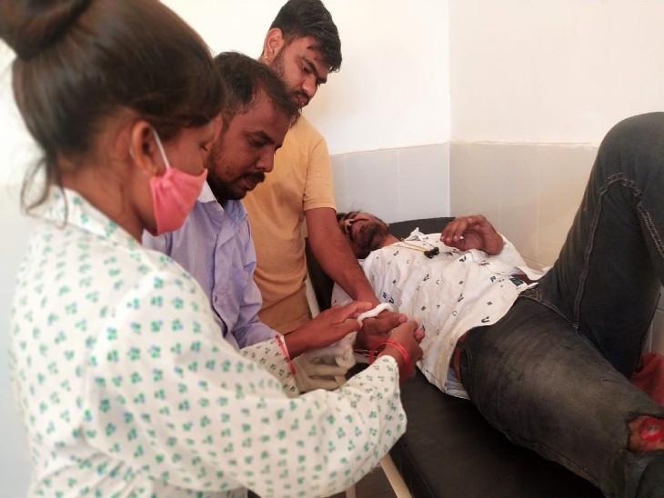 पटवारी की परीक्षा देने उदयपुर जा रहे थे, क्षतिग्रस्त सड़क से उछलकर 10 फीट दूर गिरे उदयपुर,Udaipur - Dainik Bhaskar