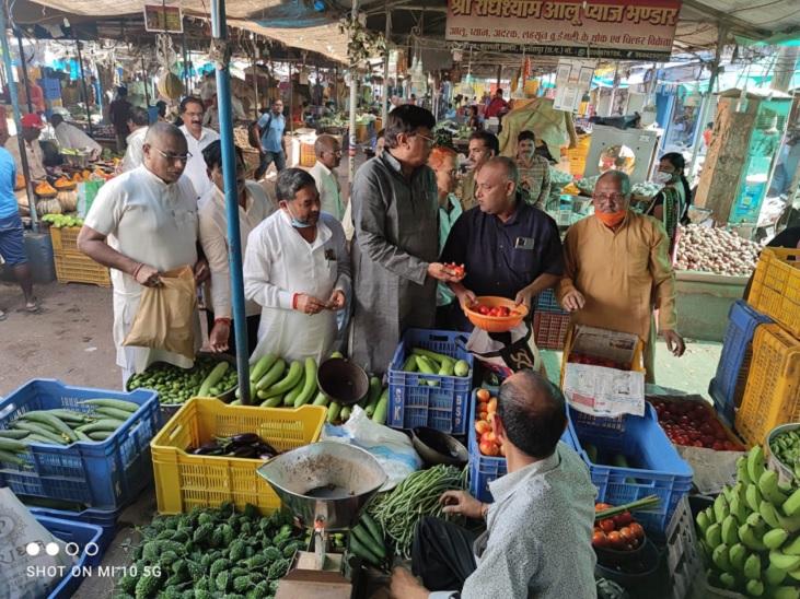 बिलासपुर में कांग्रेसी पहुंचे बाजार, व्यापारी बोले- बारिश से हुआ फसलों का नुकसान; केंद्र को जिम्मेदार ठहराते रहे नेता बिलासपुर,Bilaspur - Dainik Bhaskar
