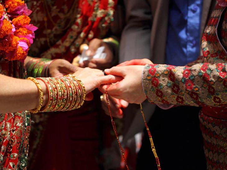 करवा चौथ का संदेश, पति-पत्नी एक-दूसरे के सुख के लिए त्याग करते हैं तो बढ़ता है आपसी प्रेम|धर्म,Dharm - Dainik Bhaskar