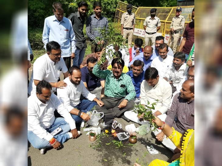 सांसद के बंगले पर पहुंचे कांग्रेसी, पुलिस ने रोका तो सड़क पर बैठ गए; झाड़-फूंक और पूजा की|भोपाल,Bhopal - Dainik Bhaskar