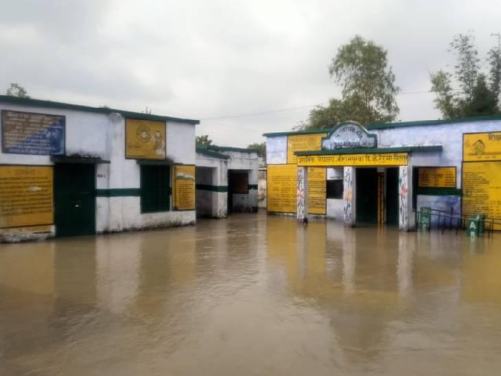 30 गांव बाढ़ की चपेट में, पानी में डूबे रास्ते; नाव से किया जा रहा है लोगों को रेस्क्यू सीतापुर,Sitapur - Dainik Bhaskar