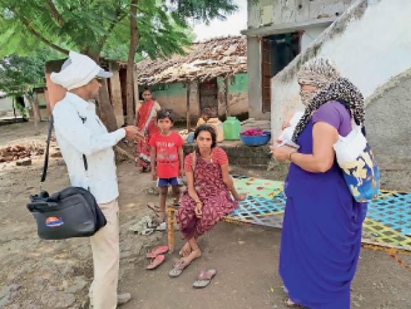 मच्छरों की रोकथाम के लिए छिड़क रहे दवाई व गंदे पानी की निकासी भी कराई सनावद,Sanavad - Dainik Bhaskar